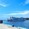 島に向かうフェリー船