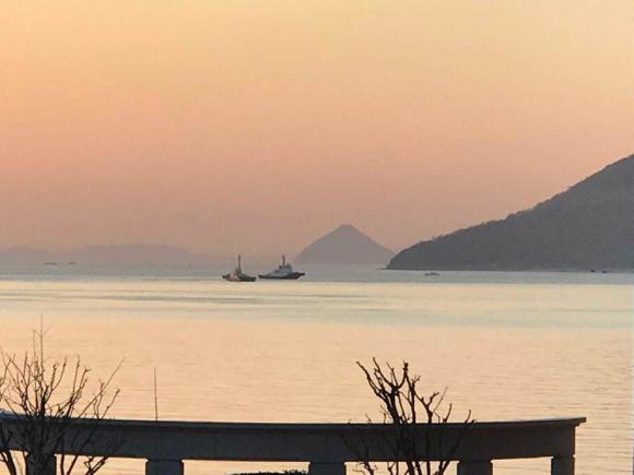 春霞の海の風景写真