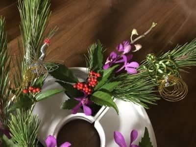 鶴と亀の水引きを飾ったお正月花の画像
