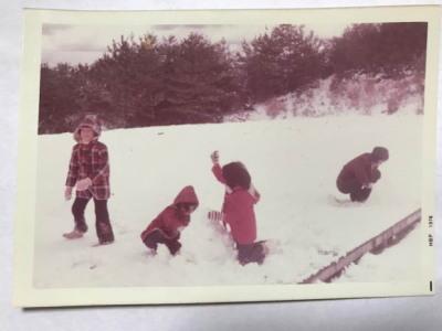 家族で雪遊びをしている昔の写真