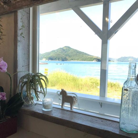 海辺にあるしゃれたカフェの写真。