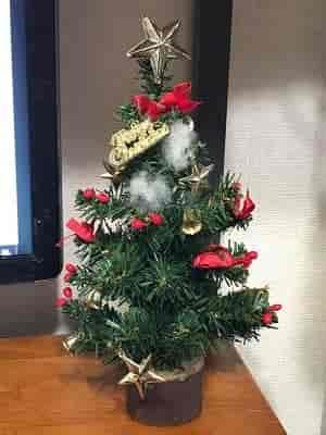申し訳程度に飾ってあるミニクリスマスツリーの画像。