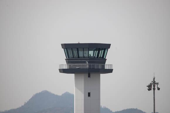 焦点距離600で撮った管制塔の写真。