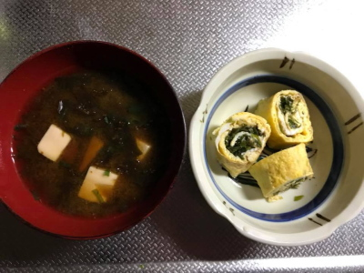 ある日の食卓に並んだ海藻入り卵焼き、海藻入りみそ汁の画像。