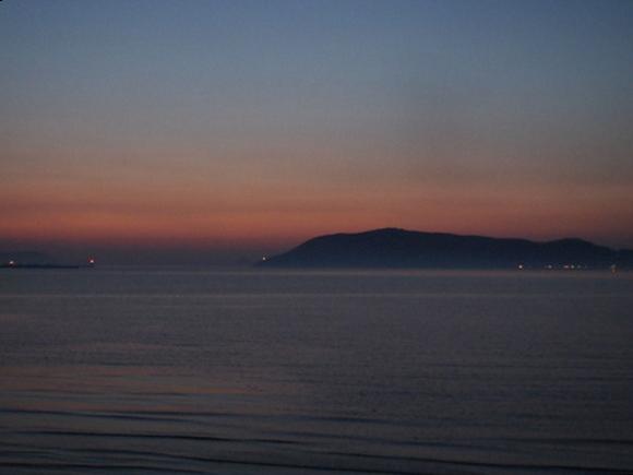 日が沈んだあとの海の写真
