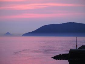 ピンク色にそまる夕方の空の写真