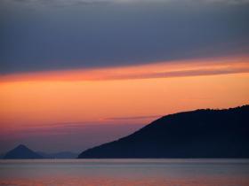オレンジ色の夕方の空の写真
