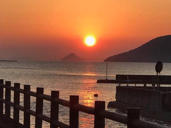 瀬戸内の夕日と海