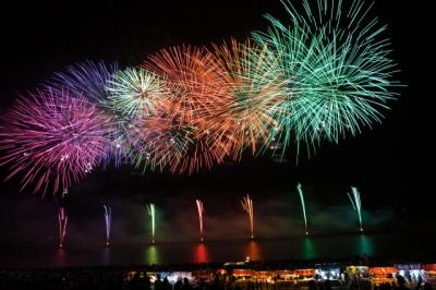 夏の夜空に上がる花火の図
