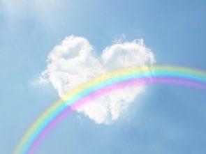 ハート型の雲と虹の画像