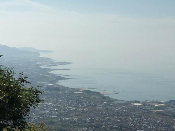 霧の間からうっすら見える美しい海岸線の写真