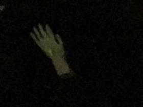 夜の波間に浮かぶ左手