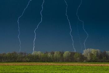 大草原の落雷シーンの画像