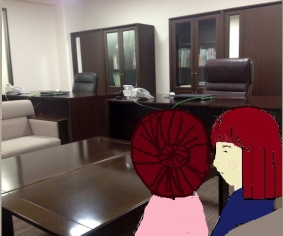 校長室で三者面談する母とSun