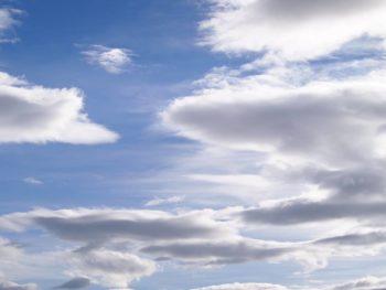 おだやかな空の雲の写真