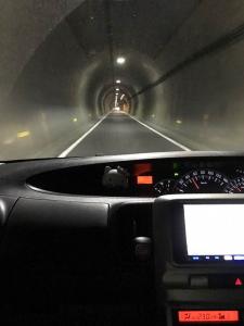 対面通行だが、道幅が車一台分しかないトンネルの写真