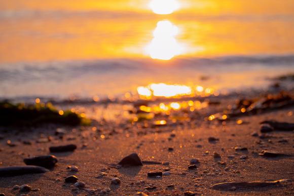 元気が出そうなビタミンカラーの浜辺の写真。
